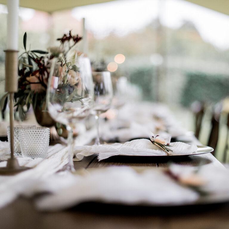 dekorierter Tisch unter einem Zelt im CLose-Up