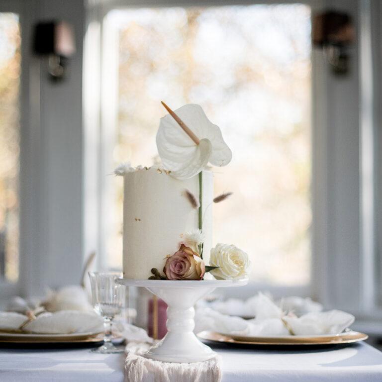 Hochzeitstorte auf dekoriertem Tisch