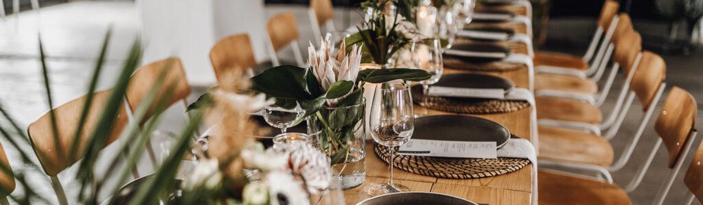 gedeckter Tisch mit Blumen
