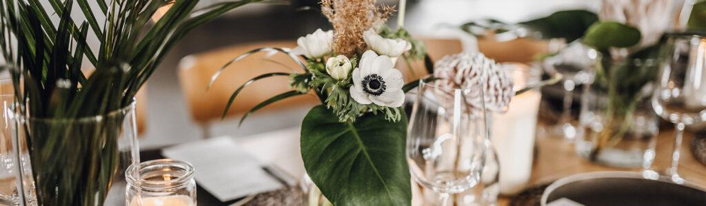 Blumenstrauß auf Tisch