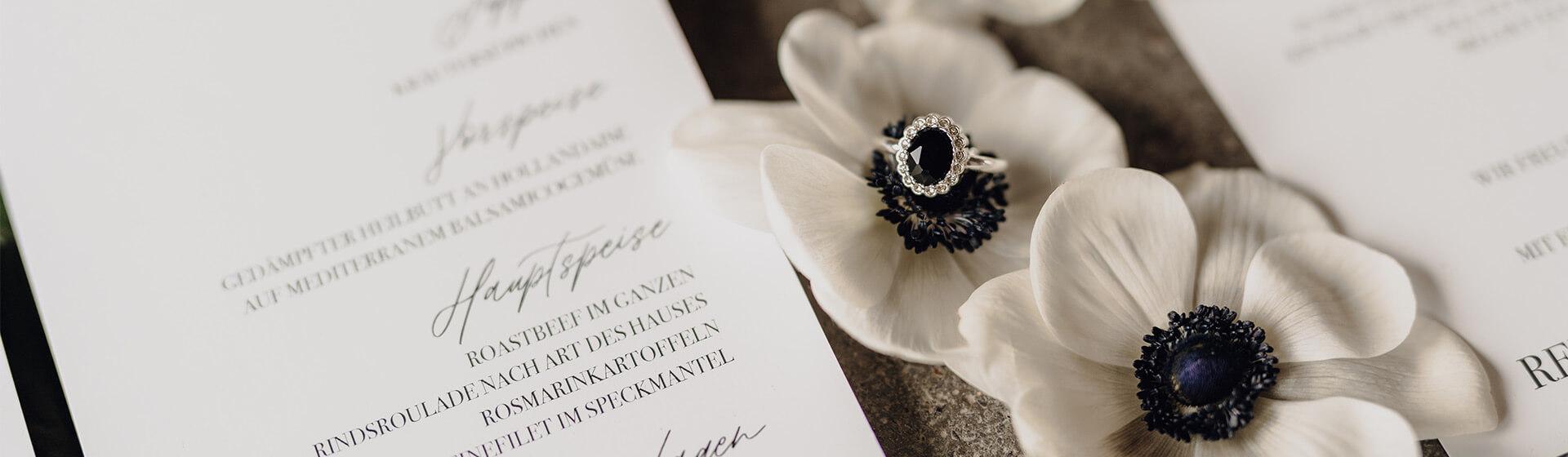 Papeterie mit Blumen und Ehering
