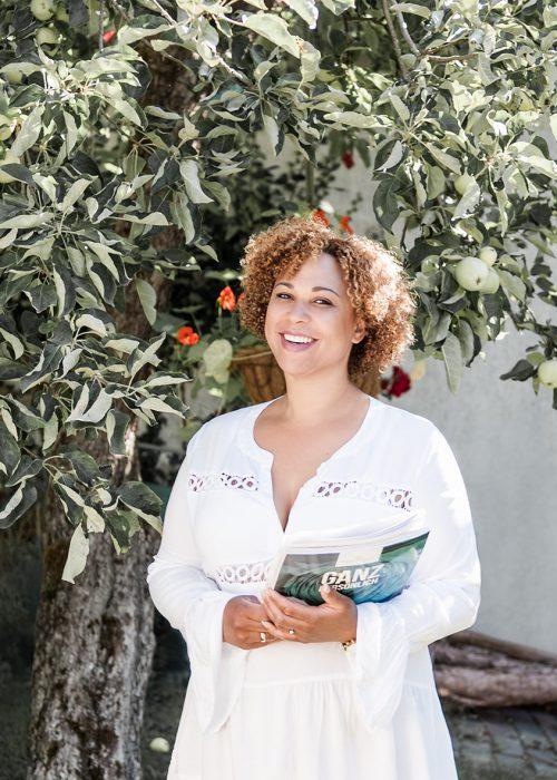 Portrait von Sarah unter einem Apfelbaum